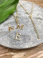 Buchstaben Anhänger gold